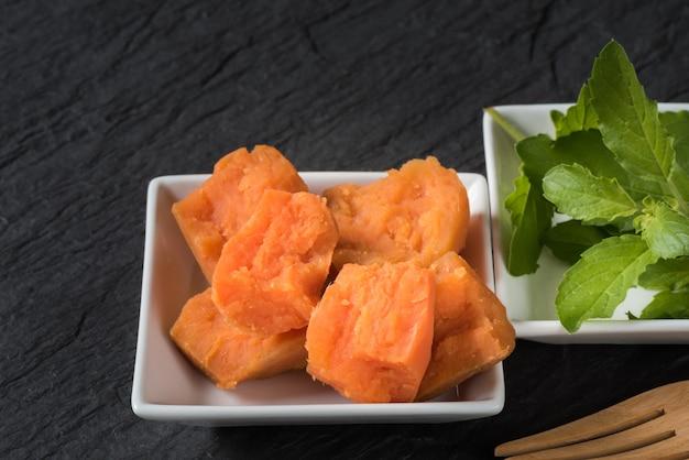 Kartoffelpüree mit frischem basilikum zum servieren