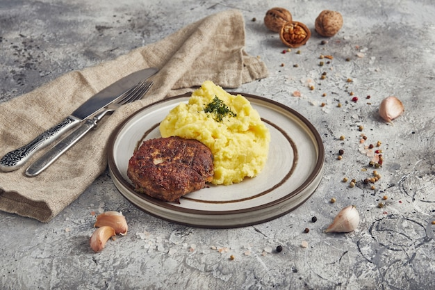 Kartoffelpüree mit schnitzel, heller hintergrund