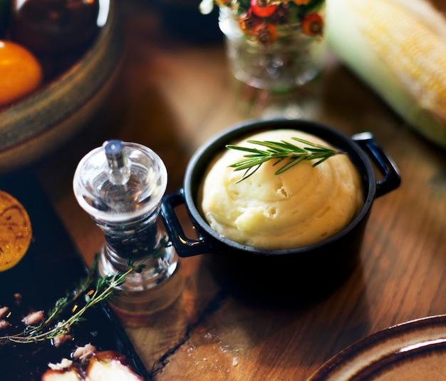 Kartoffelpüree rosemary pepper thanksgiving table setting-konzept