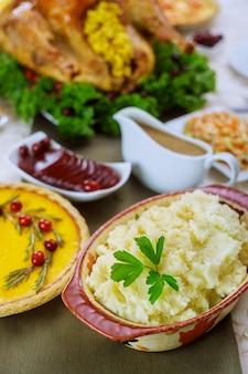 Kartoffelpüree, soße und pute für weihnachten oder thanksgiving-tisch.
