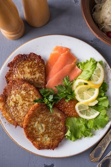 Kartoffelpuffer c kaviar und lachs. draufsicht. nahansicht