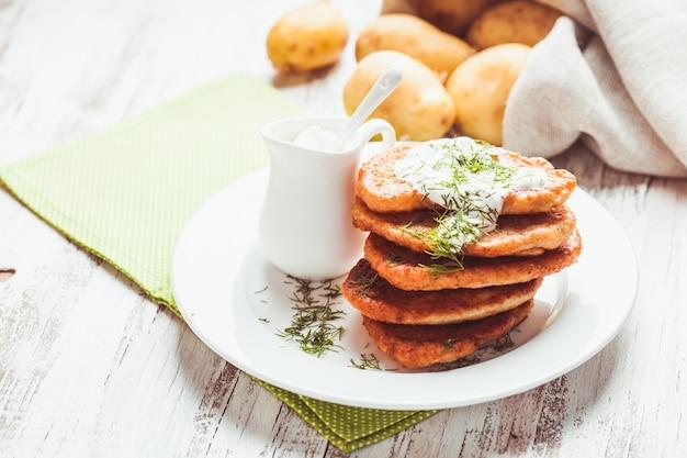 Kartoffelpuffer mit sauerrahm und dill
