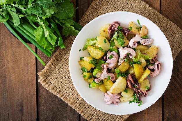 Kartoffelsalat mit eingelegter krake und frühlingszwiebeln