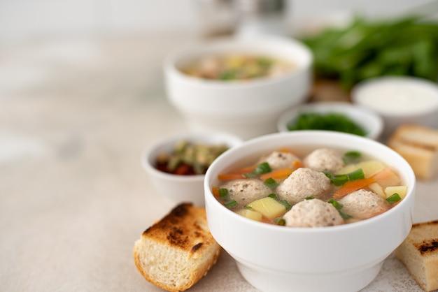Kartoffelsuppe mit fleischbällchen, karotten und kräutern