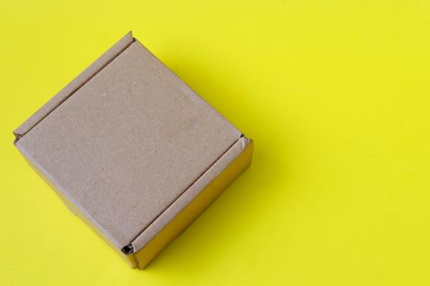 Karton auf gelbem hintergrund isoliert