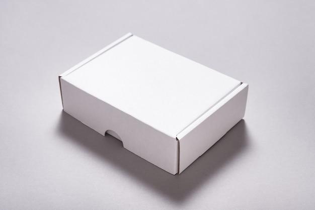 Karton aus weißem karton für den postversand auf grau