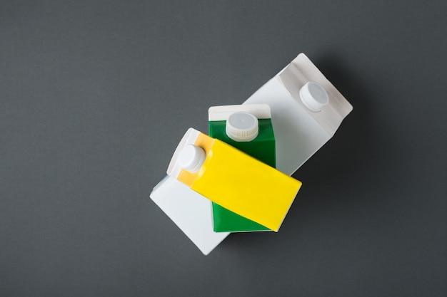 Karton drei oder verpackung von tetra-pack auf schwarz