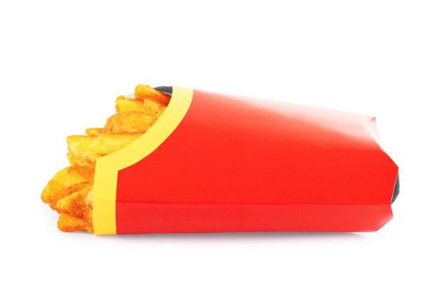 Karton mit pommes frites auf weißem hintergrund