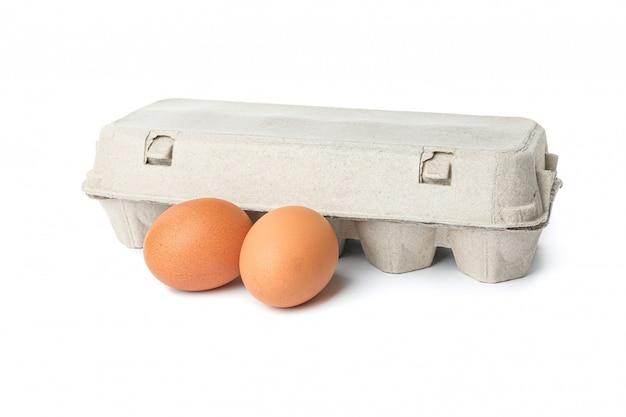 Karton und hühnereier isoliert auf weiß