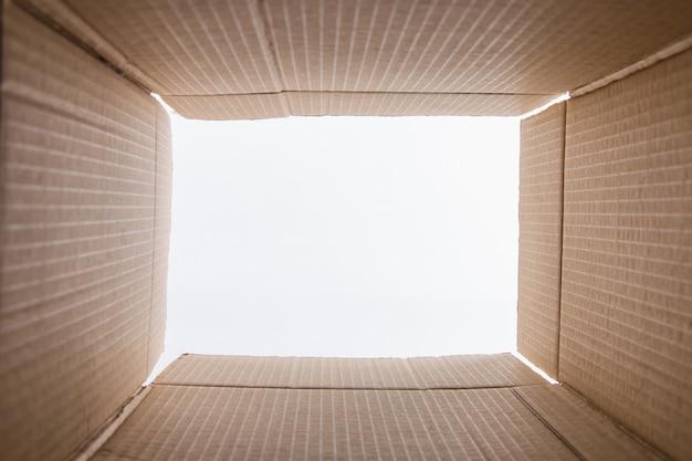 Kartonansicht von innen, brauner karton, auf weiß. vorbereitung für den umzug. speicherplatz kopieren.
