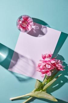 Kartondekorationen mit frischen tulpen und einer vase mit blumen