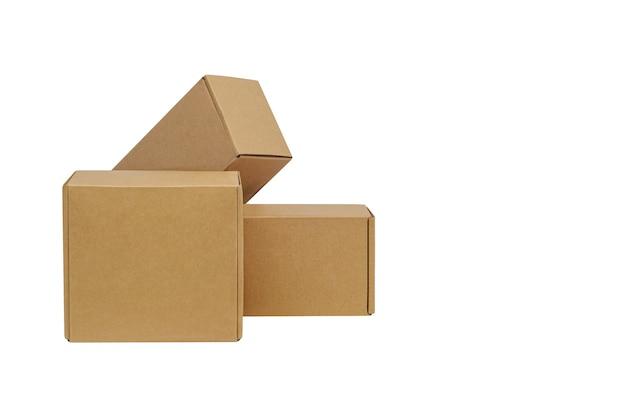 Kartons für waren auf einem weißen isoliert. andere größe.