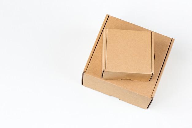 Kartons in verschiedenen größen zum verpacken von waren