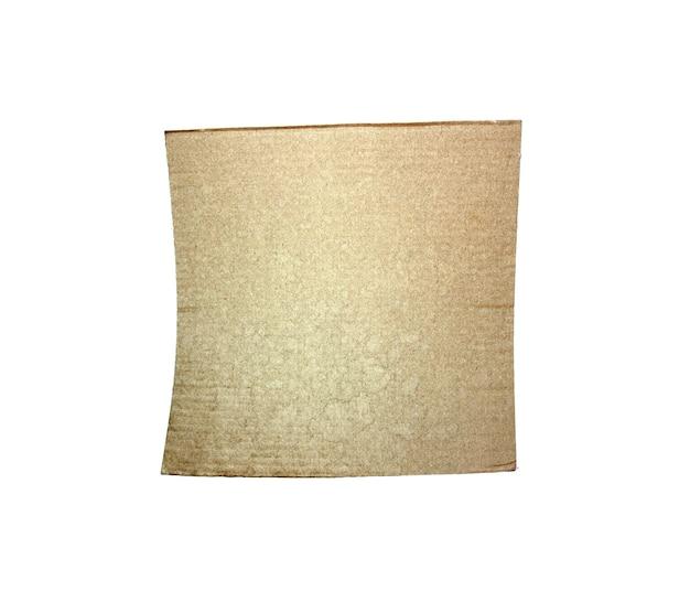 Kartonstücke strukturierten hintergrund. kartonstück mit kopienraum, zerrissenes grungy kraftpapier isoliert auf weiß