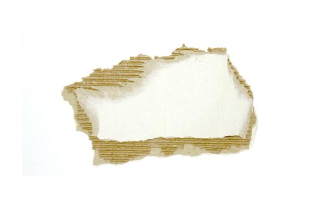 Kartonstücke strukturierten hintergrund. kartonstück mit kopienraum, zerrissenes kraftpapier isoliert auf weiß
