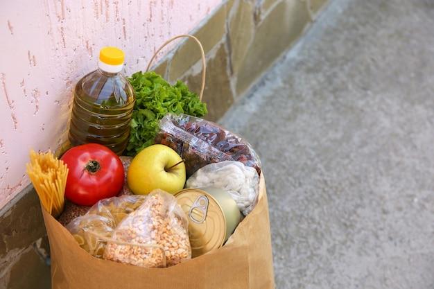 Kartontasche mit produkten. konzept der lebensmittellieferung.