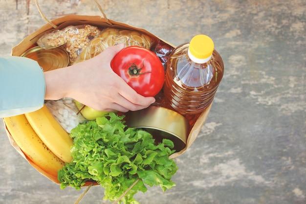 Kartontasche mit produkten. konzept von menschen, die sich für wohltätige zwecke einsetzen.