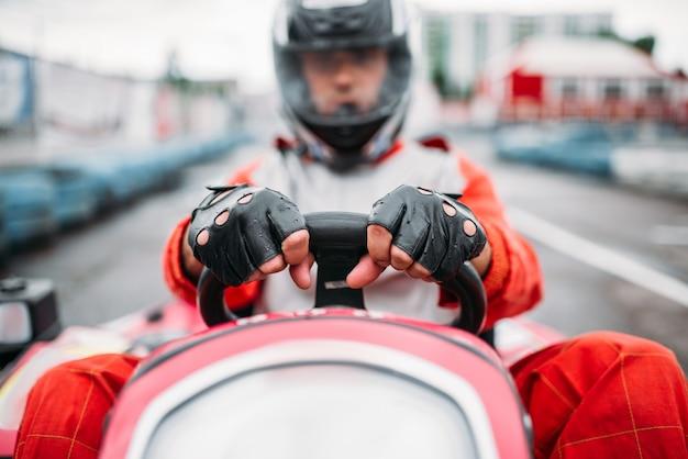 Kartrennen, karrenfahrer im helm fahren