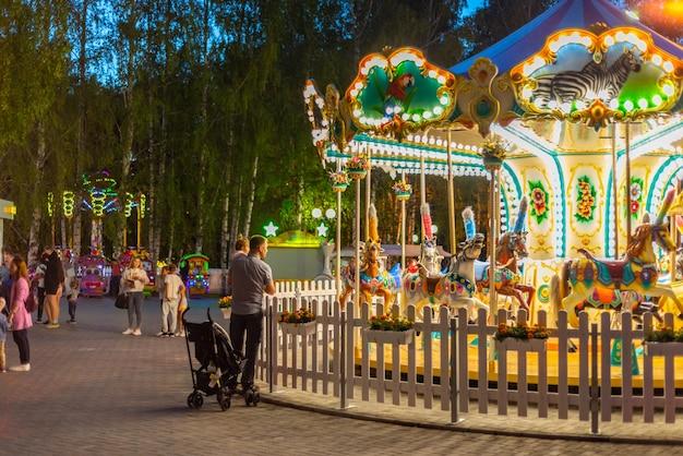 Karussell im park. abendaufnahme. beleuchtung ist auf dem karussell. tscheboksary, russland, 27.07.2019