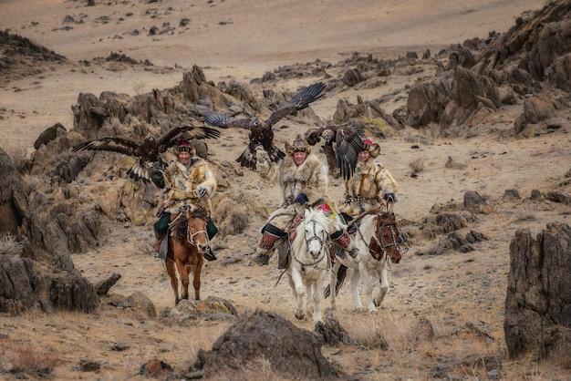 Kasachische adlerjäger in traditioneller mongolischer tracht
