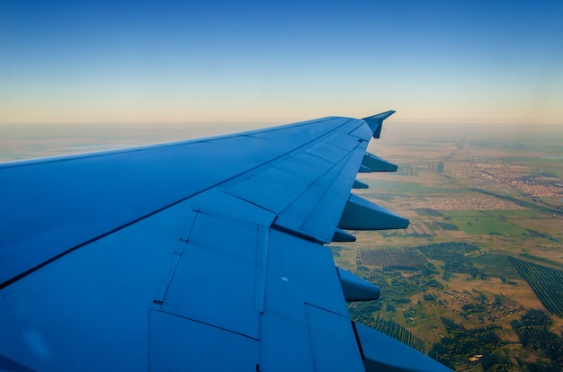 Kasachische steppe unter dem flügel des flugzeugs