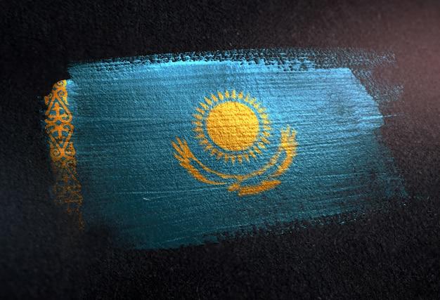 Kasachstan-flagge gemacht von der metallischen bürsten-farbe auf dunkler wand des schmutzes