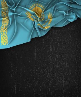 Kasachstan-flagge vintag auf einem grunge-schwarz-tafel mit raum für text