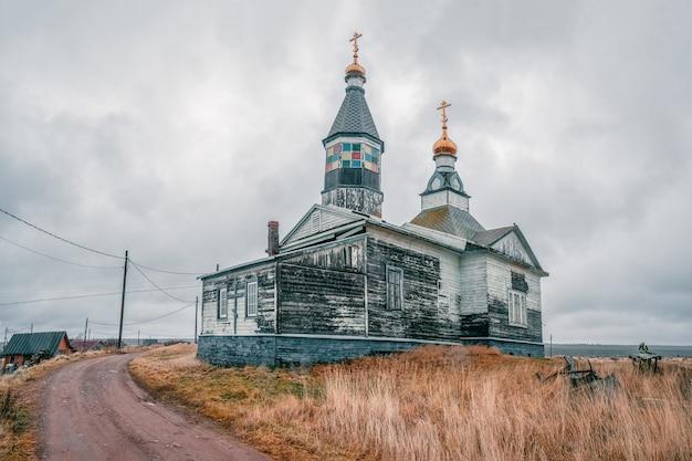 Kashkarantsy kirche. ein kleines authentisches dorf an der küste des weißen meeres. kola halbinsel. russland.