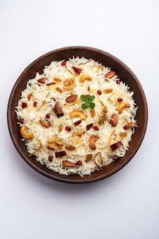 Kashmiri pulao aus basmatireis mit gewürzen gekocht und mit safran und trockenfrüchten aromatisiert