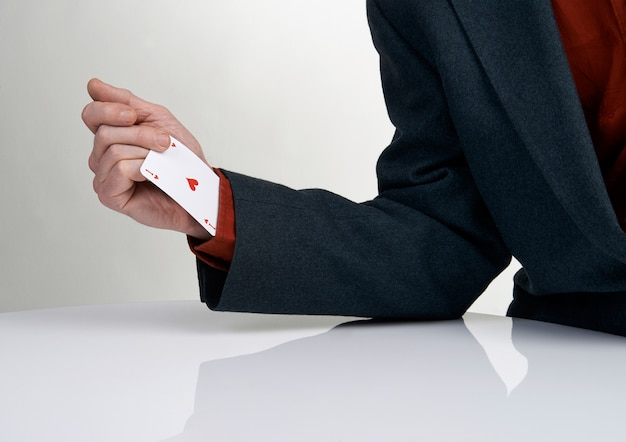 Kasinospieler, der karte von seinem ärmel zeichnet