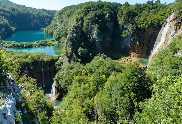 Kaskade azurblaue klare seen mit wasserfällen im nationalpark plitvicer seen (kroatien)