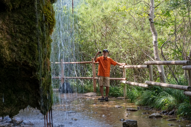Kaskade von frischem quellwasser in der nähe der ermita de santa elena