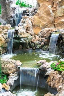 Kaskade von wasserfällen zwischen den steinen. künstlich. langzeitbelichtung