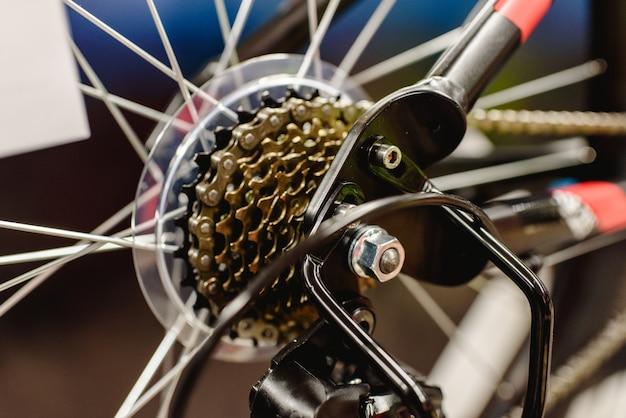 Kassette auf dem hinterrad eines mountainbikes zum wechseln der gänge.