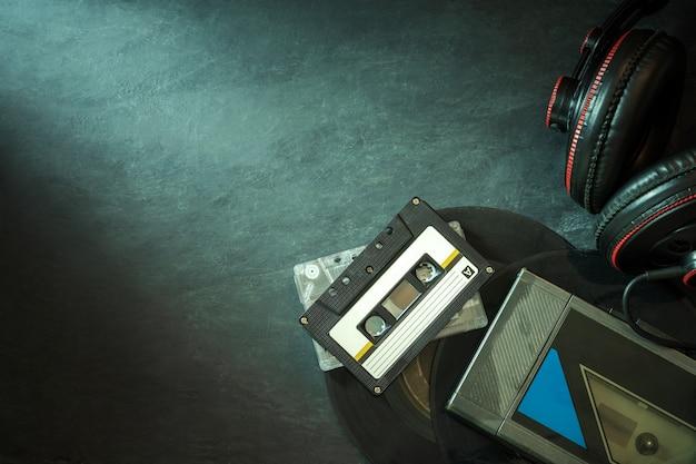 Kassette und kopfhörer auf dem boden.