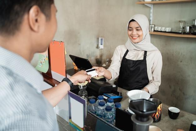 Kassierer akzeptieren zahlungen per kreditkarte