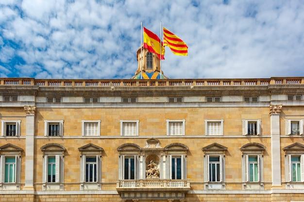 Katalanische und spanische flaggen, barcelona, spanien