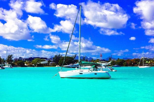 Katamaran-segelboot im türkisfarbenen wasser der insel mauritius