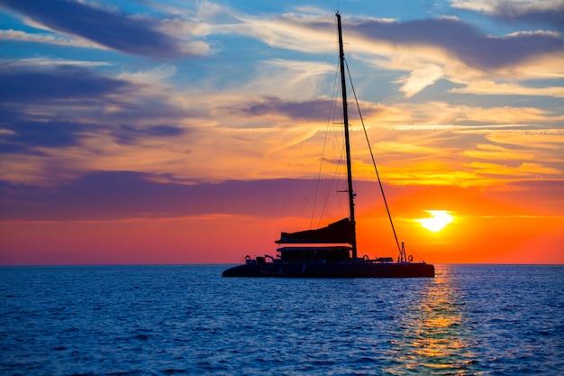 Katamaransegelbootsonnenuntergang ibiza san antonio abad