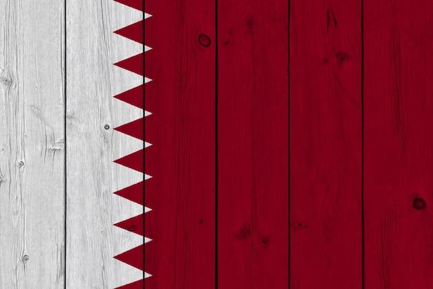 Katar-flagge gemalt auf alter hölzerner planke