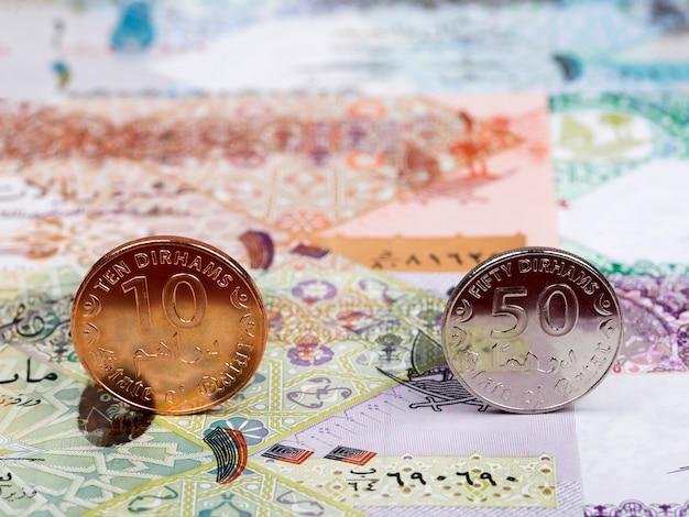 Katarische münzen - rial vor dem hintergrund des geldes