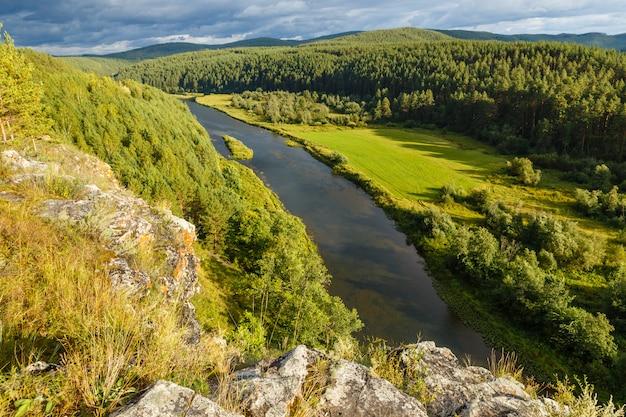 Katav river in der nähe der kreuzung mit der autobahn
