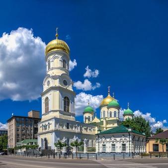 Kathedrale der heiligen dreifaltigkeit in dnipro, ukraine, an einem sonnigen sommertag