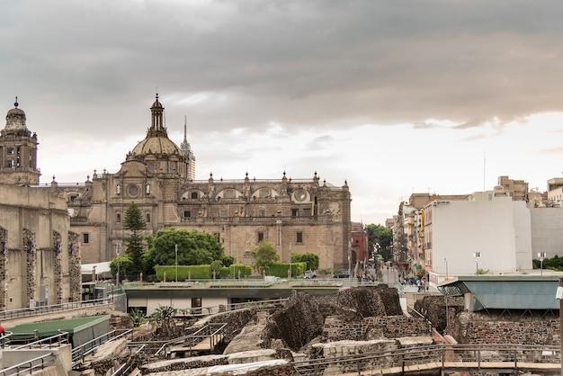 Kathedrale in der innenstadt von mexiko-stadt und templo mayor