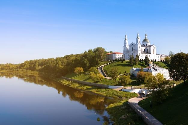 Kathedrale mariä himmelfahrt auf dem hügel und dem kloster des heiligen geistes und dem fluss western dvina im sommer