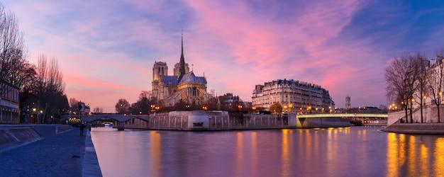 Kathedrale notre dame de paris bei sonnenuntergang, frankreich
