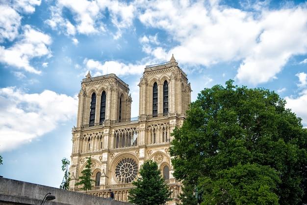 Kathedrale notre-dame de paris. kathedrale in paris. berühmte gotische kathedrale. architekturkonzept. quadratische kapellen. die kirche erlitt im laufe der jahrhunderte schäden und verfall. restaurierungskampagne.
