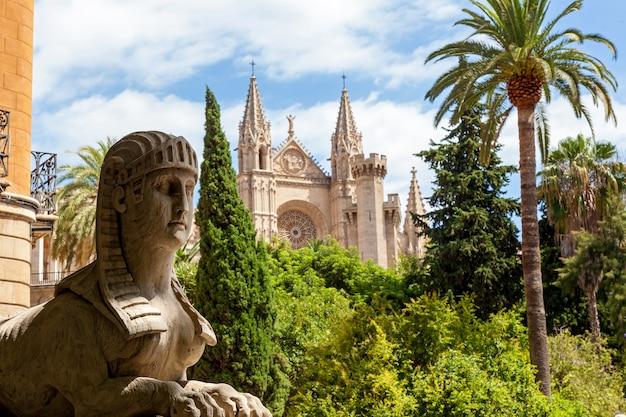 Kathedrale santa maria in palma statue der sphinx im hintergrund der kathedrale