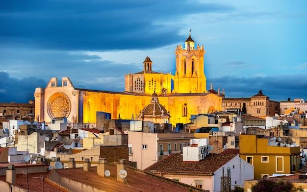 Kathedrale von tarragona am abend in katalonien, spanien