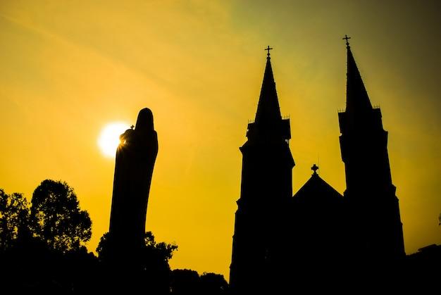Kathedralenschattenbild bei sonnenuntergang in hochiminh